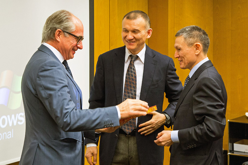 European Patent Office): Centre: Berik Imashev, Minister of Justice of the Republic of Kazakhstan, left: Raimund Lutz, Vice-President, Directorate-General Legal/International Affairs of the European Patent Office