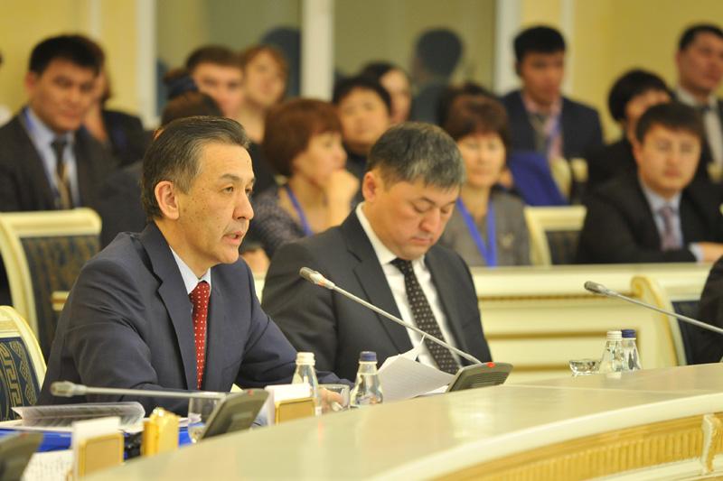 Bolatbek Abdrasilov (links), Rektor der Akademie für öffentliche Verwaltung beim Präsidenten der RK
