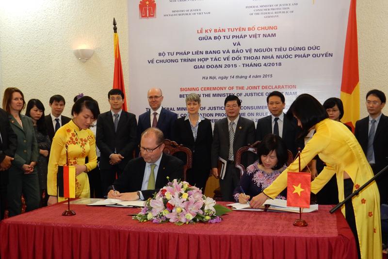 Unterzeichnung des Abkommens durch den Parlamentarischen Staatssekretär Christian Lange und die Vize-Justizministerin Nguyen Thuy Hien im Justizministerium in Hanoi