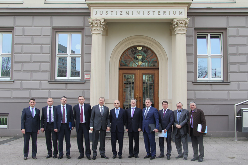 Delegation in front of the Ministry of Justice of North Rhine-Westphalia