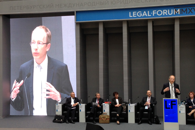At the lectern: Dr Oliver Schön, Judge at the Higher Regional Court of Bremen; Ludmila Novosiolova, Presiding Judge at the Intellectual Property Rights Court (far right)