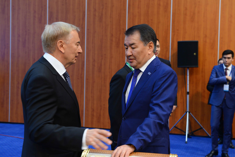 Igor Rogov, Chairman of the Constitutional Council of RK talking to the Chairman of the Supreme Court of RK, Kairat Mami