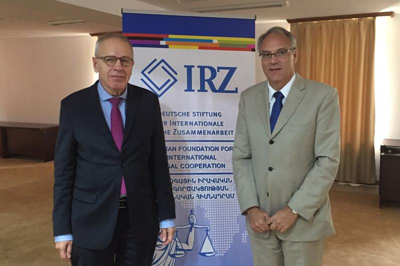 Dr. Otto Mallmann (links), ehemaliger Vorsitzender Richter am Bundesverwaltungsgericht, und Matthias Kiesler, deutscher Botschafter in Armenien