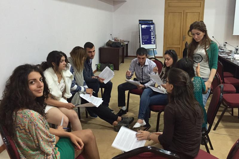 Studierende bearbeiten in Arbeitsgruppen Fälle zu Art. 3 EMRK