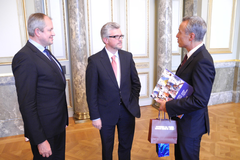 Dr. Josef Christ, Vice-President of the Federal Administrative Court, talking to the Ukrainian Ambassador, Dr. Andrij Melnyk, and Yaroslav Romaniuk (from right to left)