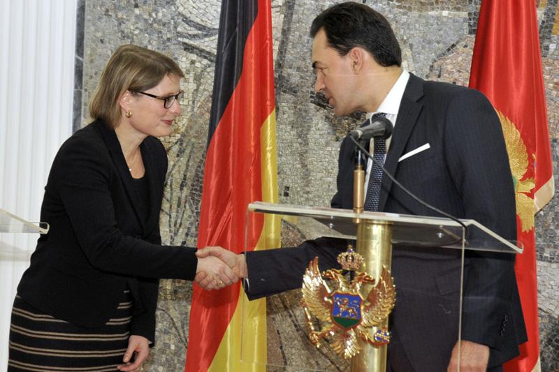 Staatsekretärin Dr. Stefanie Hubig und Minister Zoran Pažin  nach der Unterzeichnung