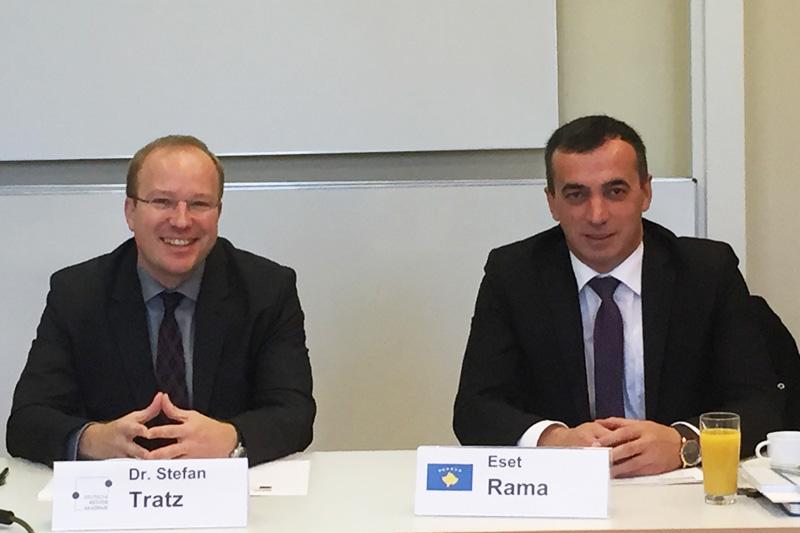 Der Direktor der Deutschen Richterakademie, Dr. Stefan Tratz, (links) und der kosovarische Staatssekretär Eset Rama