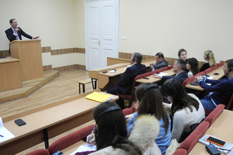 Dr. Hendrik Hoppenstedt during his lecture to students from the IRZ supplementary course on German law