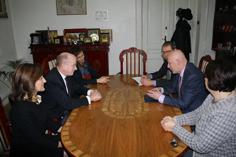 Ambassador Christian Hellbach (centre left) in discussions with Rector Muharem Avdispahić (centre right)