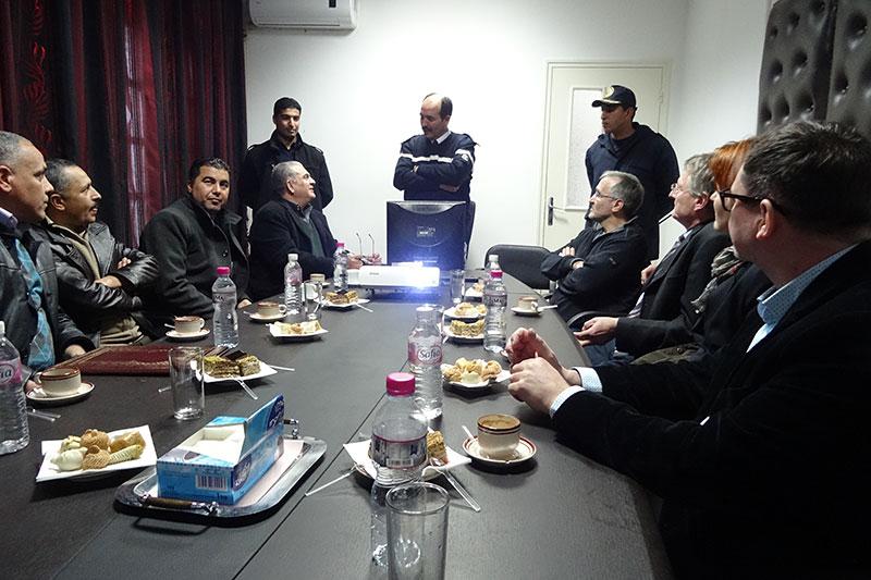 Besuch der deutschen Delegation (links) in der Haftanstalt Burj Ameri – hier im Gespräch mit dem Leiter der Strafvollzugsanstalt, Hichem Rhimi