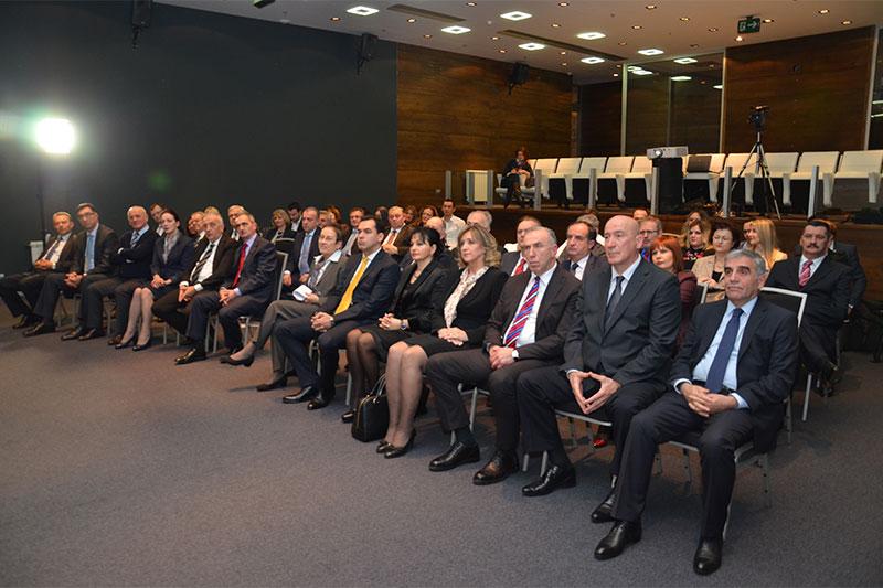 """Teilnehmerinnen und Teilnehmer der Feierstunde zum """"Tag des Verfassungsgerichts"""" mit Minister Zoran Pažin und Botschafterin Gudrun Steinacker (1. Reihe Mitte)"""