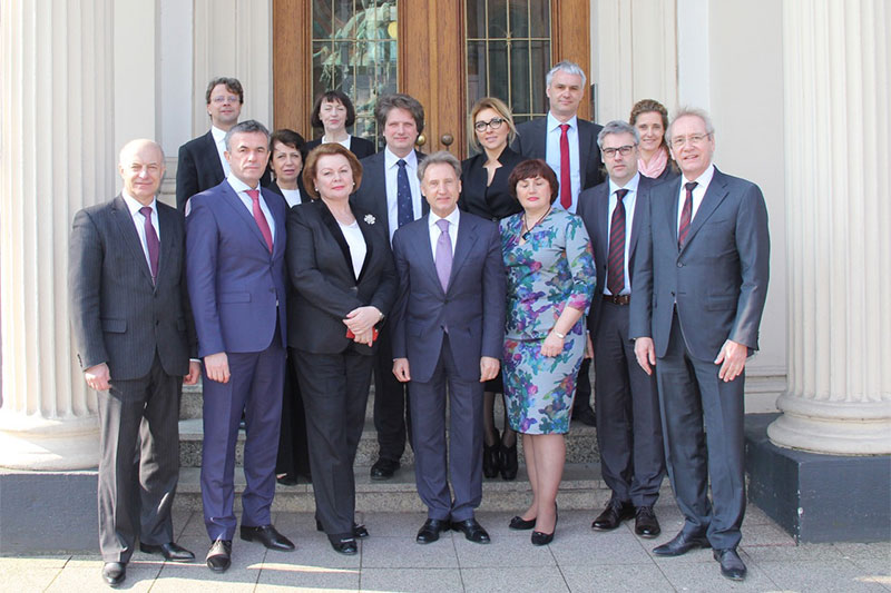 The Ukrainian guests with delegation leader, Mykola Onishchuk (front centre) and the President of the regional Law Examinations Board, Ulrich Becker (front right), in front of the Ministry of Justice in Düsseldorf