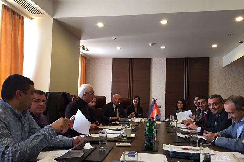 Die Arbeitsgruppe bei der Diskussion zum Entwurf des neuen Strafvollzugsgesetzes in Zaghkadsor
