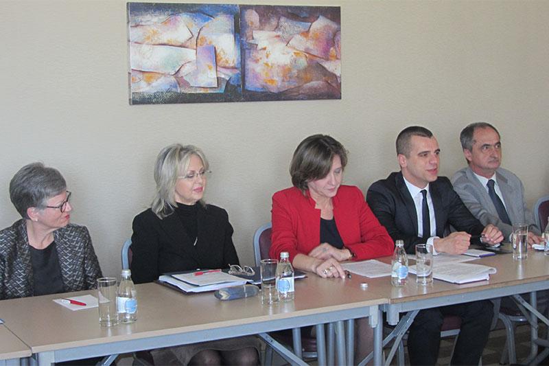 Desanka Lopicic (Mitte), Präsidentin des montenegrinischen Verfassungsgerichts, bei ihrem Vortrag