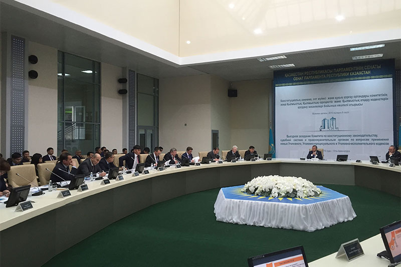 Participants in the meeting with moderator Serik Akylbai (centre), Chairman of the Senate Committee for constitutional legislation, the court system and for law enforcement authorities at the RK Parliament