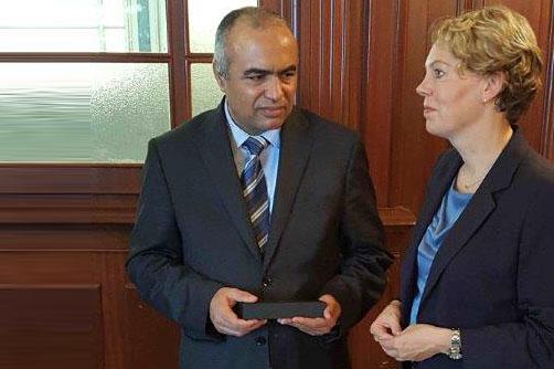 Abdelsalam Mehdi Grissiaa, erster Präsident des Verwaltungsgerichts; Veronika Keller-Engels, Geschäftsführerin der IRZ