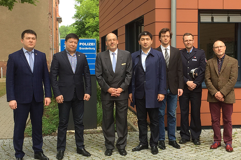 The Kazakh delegation at the police headquarters for the federal state of Brandenburg: Senior government official Bernd Kalthoff, Head of the Legal Service (3rd from left)