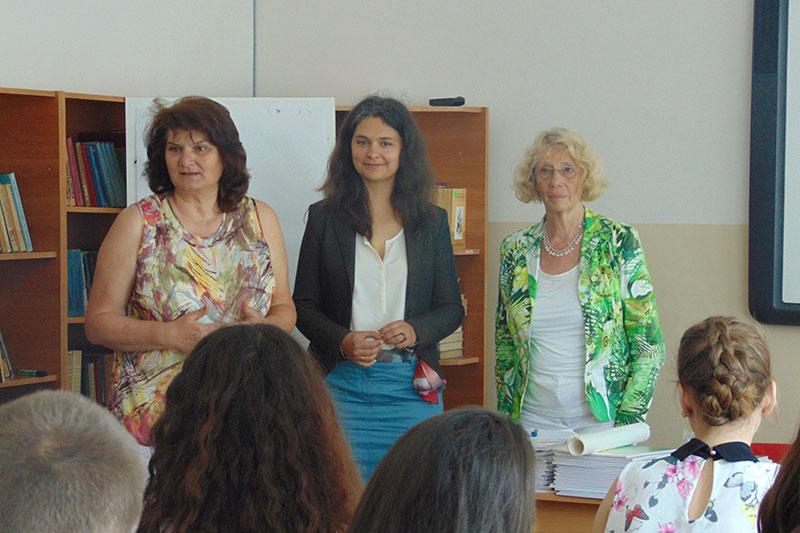 Nadezhda Radeva-Ivanova, Rektorin des Goethe-Gymnasiums, und Kremena Ehrmann, Beraterin der IRZ, eröffnen die Veranstaltung und stellen die Referentin Ulrike Schultz vor (v.l.n.r)