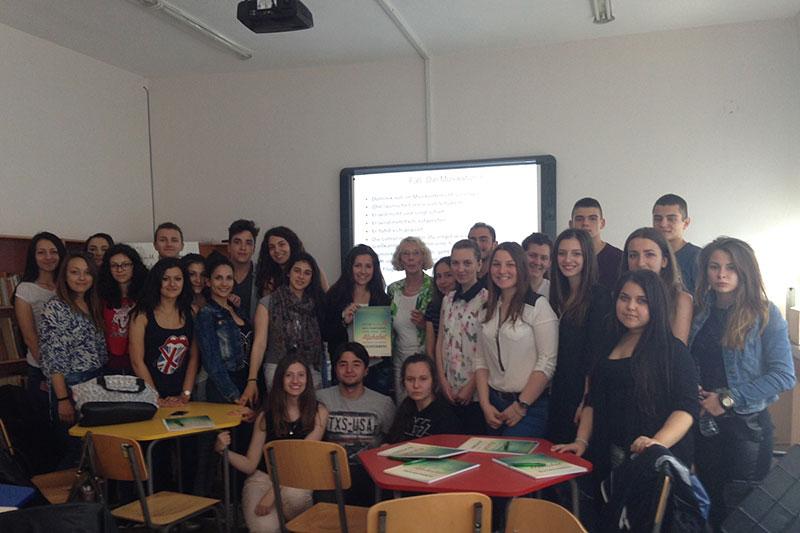 Ulrike Schultz mit den Schülerinnen und Schülern der 11. Klasse