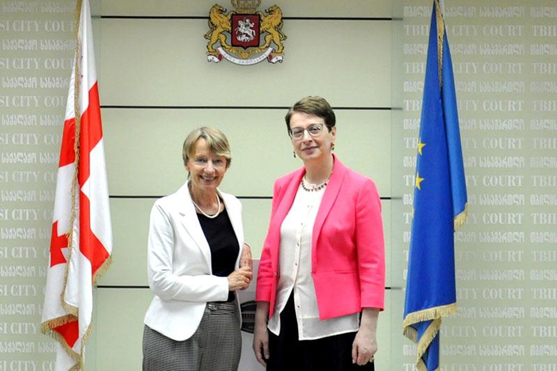 Die Gerichtspräsidentinnen Karen Buse (links) und Nino Gvenetadze