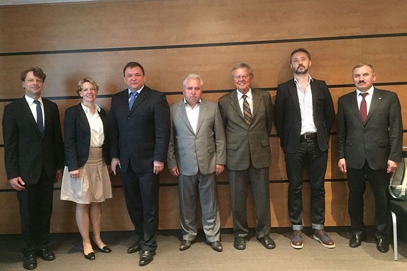 The Ukrainian delegation with Veronika Keller-Engels, IRZ Managing Director, and Dr Dieter Hömig (3rd from right), a former judge at the Federal Constitutional Court
