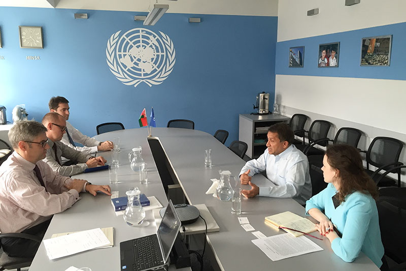 Im Gespräch mit UN Resident Coordinator Sanaka Samarasinha (rechts)