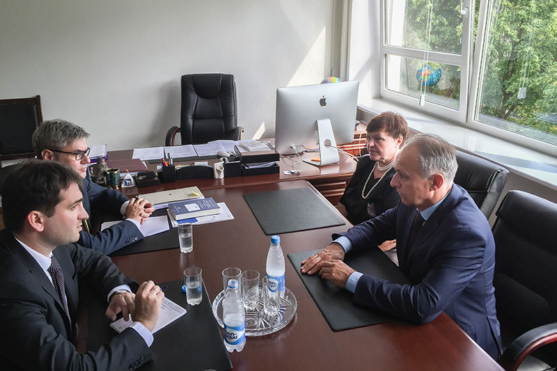 Dr Stefan Hülshörster (on the left at the rear) in discussions with the Chairman of the Belarus Bar Association, Victor Chaitchyts (on the right at the rear), and his deputy, Tatjana Matusevych