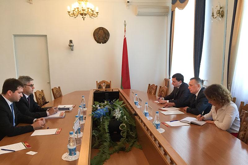 Dr. Stefan Hülshörster (links hinten) im Gespräch mit dem Vorsitzenden des Obersten Gerichts, Valentin Sukalo (rechts in der Mitte)