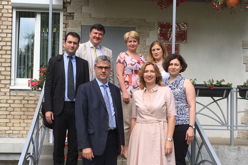Dr. Stefan Hülshörster (vorne links) mit der Vorsitzenden der belarussischen Notarkammer, Natallia Barysenka (vorne rechts), und deren Vorstandskolleginnen