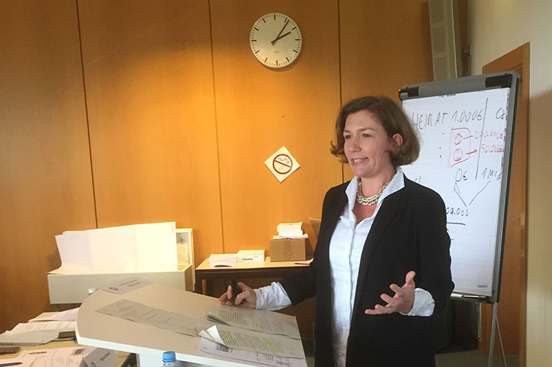 Prof. Dr. Katharina Hilbig-Lugani from the Heinrich Heine University in Düsseldorf, during her lecture and exercise in methodology
