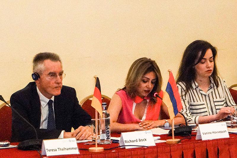 Richard Bock, Notar und Vize-Präsident der BNotK; Vanine Hovsepyan, Präsidentin der Notarkammer Armeniens; Lilia Simonyan, Justizministerium (v.l.n.r.)