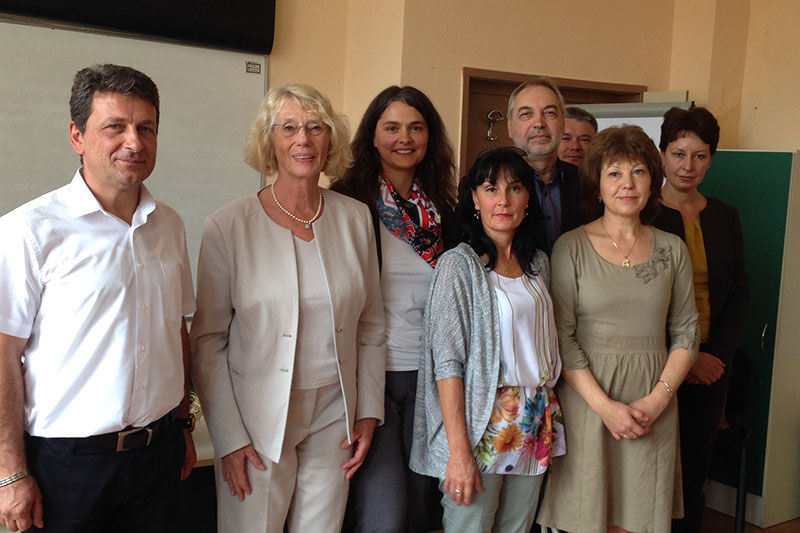 "Project partners and guests at the opening of the democracy course in Haskovo: Dejan Janev, Headmaster of the local ""Prof. Dr. Assen Zlatarov"" high school; Ulrike Schultz, speaker; Kremena Ehrmann, IRZ (1st row, left to right); and Maria Angelova, Director of the regional court of Haskovo, and Ivan Panajotov, representing the Ministry of Education (2nd row on the right)"