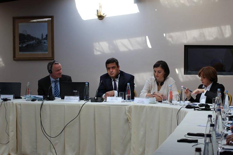 Dr. Kornelius Kleinlein (links), Rechtsanwalt und Notar, Rechtsanwaltskanzlei Raue LLP, Berlin (1 von links); Rechtsanwalt Davit Lanchava (2 v. links), Georgische Rechtsanwaltskammer, Mitglied des Komitees für Handelsrecht; Khatuna Fureliani (rechts), Vorsitzende des Georgischen Anwaltsvereins