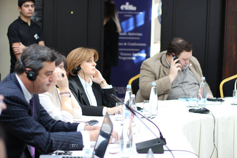 Rechtsanwalt Davit Lanchava (links), Georgische Rechtsanwaltskammer, Mitglied des Komitees für Handelsrecht; Khatuna Fureliani, Vorsitzende des Georgischen Anwaltsvereins (3. von links)