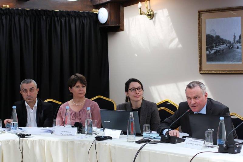 Dr. Sulkhan Gamkrelidze, Vertreter der IRZ in Tiflis; Amalia Wuckert, IRZ; Dr. Kornelius Kleinlein (rechts), Rechtsanwalt und Notar, Rechtsanwaltskanzlei Raue LLP, Berlin; Ketevan Buadze, Geschäftsführerin des Georgischen Anwaltsvereins (2. von rechts)