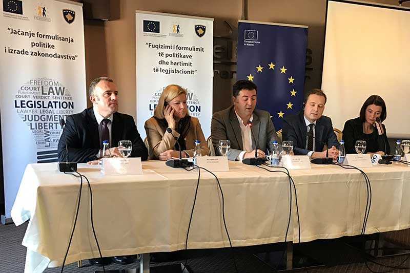 Mentor Borovci, Projektleiter Kosovo; Angelika Viets, Deutsche Botschafterin im Kosovo; Lirak Çelaj, Stellvertretender Justizminister Kosovo; Libor Chlad, Deputy Head of Operation EU-Office in Kosovo; Julie Trappe, Projektleiterin Deutschland, IRZ (v.l.n.r.)