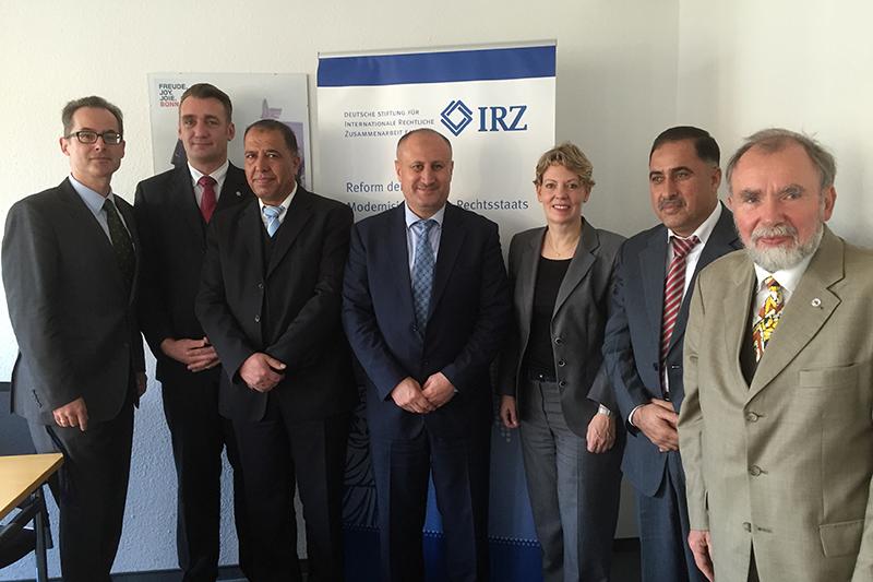 Veronika Keller-Engels, Geschäftsführerin der IRZ, begrüßt die Gäste in den Räumen der IRZ. Mit dabei: General Walid Al Battah (Mitte), Torben Adams (2.v.l.) und Dr. Burkhard Hasenpusch (rechts)