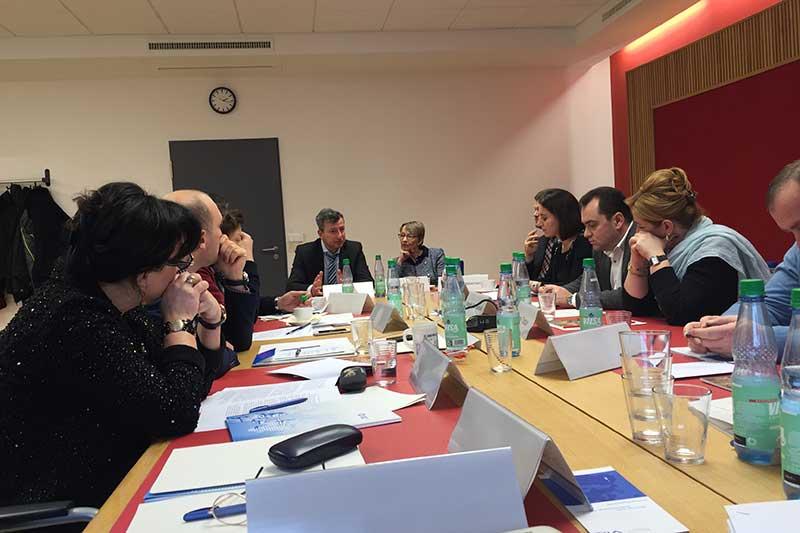Fachgespräch beim Hanseatischen Oberlandesgericht Bremen mit Karen Buse, Präsidentin des Hanseatischen Oberlandesgericht Bremen und Jens Gnisa, Vorsitzender des Deutschen Richterbundes (an der Stirnseite des Tisches)