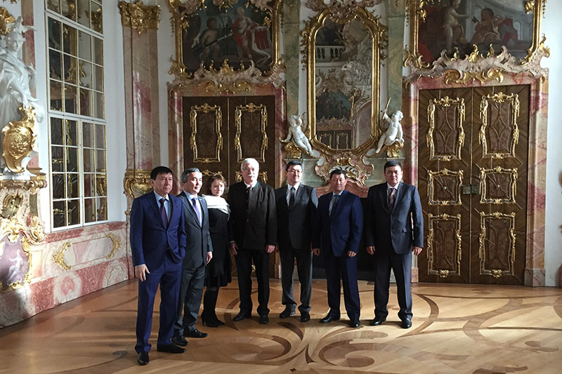The delegation from the Republic of Kazakhstan during their visit to the Regional Court in the Kempten Residence