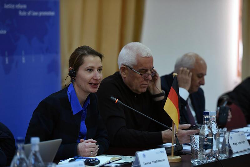 Teresa Thalhammer (links), IRZ; Prof. Gagik Ghazinyan, Dekan der Rechtswissenschaftlichen Fakultät der Staatlichen Universität Eriwan
