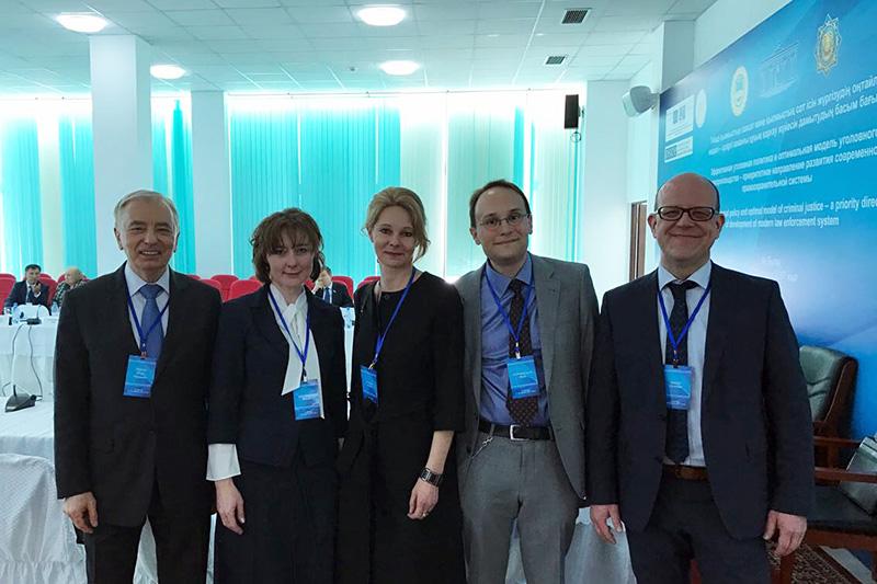 Die deutsche Delegation mit dem Vorsitzenden des Verfassungsrates der Republik Kasachstan , Igor Rogov (links)