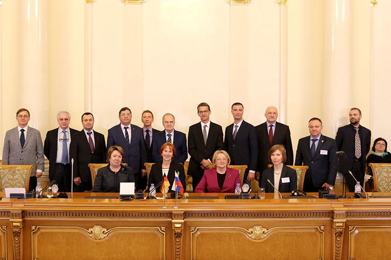 Der Vorsitzende des Verfassungsgerichts der Russischen Föderation, Walerij D. Sorkin (Mitte hinten) empfängt die Referentinnen und Referenten im historischen Gerichtsgebäude