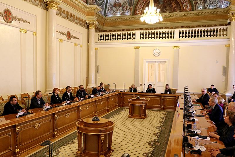 Russische und deutsche Referentinnen und Referenten zu Besuch beim Verfassungsgericht der Russischen Föderation