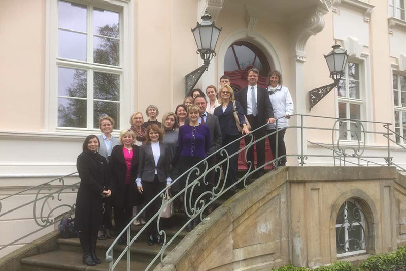 Delegation und Referentinnen zusammen mit Christiane Uckrow (oben), Verwaltungsleiterin der Deutschen Richterakademie in Wustrau