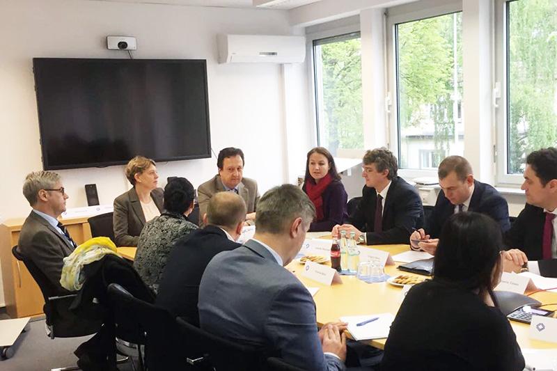 Die Delegation beim Gespräch mit der Hauptgeschäftsführerin der IRZ, Veronika Keller-Engels, Dr. Stefan Hülshörster, Geschäftsführer der IRZ, und Alexander Fühling, Richter am Amtsgericht Bonn.