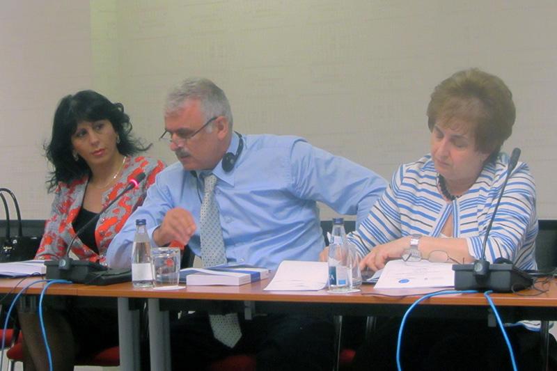 Teilnehmerinnen und Teilnehmer während der Diskussion