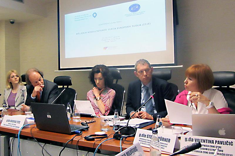 Valentina Palicic (rechts) bei ihrem Vortrag