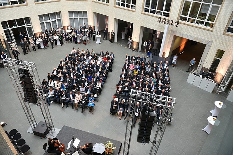 Гости на торжественном мероприятии во внутреннем дворе Федерального министерства юстиции и защиты прав потребителей