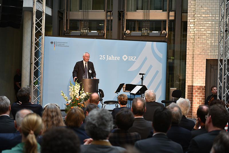 Судья Международного трибунала по бывшей Югославии Кристоф Флюгге во время торжественной речи