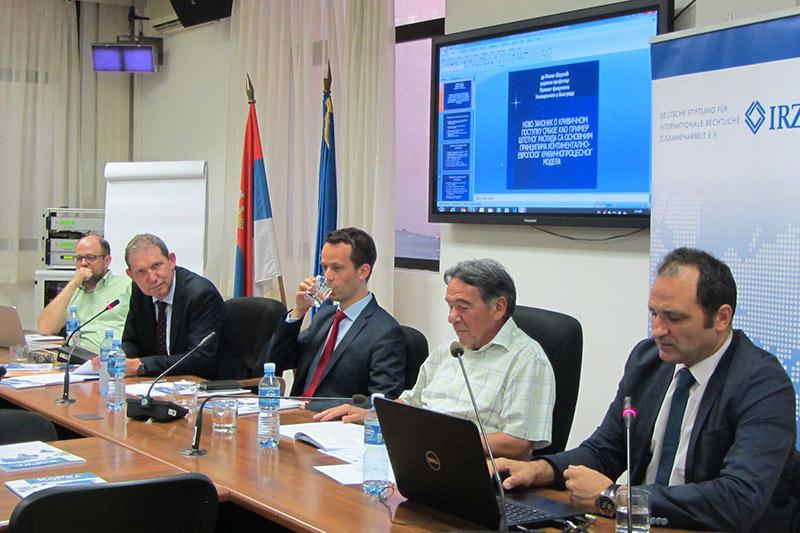 Prof. Dr. Milan Škulić bei seinem Vortrag (links neben ihm: Dekan Prof. Dr. Sima Avramović und der Vertreter des Botschafters, Alexander Jung)